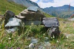Kamienny zabytek w Yarloo g?ry dolinie altai dzie? trwa? g?ry lato siberia Rosja obrazy royalty free