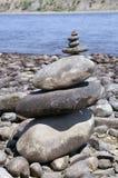 Kamienny zen wierza na brzeg rzeki Zdjęcia Stock
