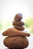 Kamienny zen zdrój na drewnie fotografia stock