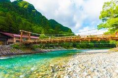 Kamikochi κάτω από τα βουνά ποταμών Azusa γεφυρών καπών Στοκ Εικόνα