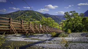 Kamikochi-Fluss-Brücke lizenzfreie stockfotos