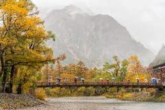 Kamikochi mit dichtem Nebel und Regnen in der Herbstsaison Stockfotos