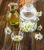 Kamillebloemen in een glaskruik Stock Afbeeldingen