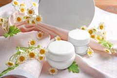 Kamillecosmetischee producten met verse bloemen Stock Fotografie