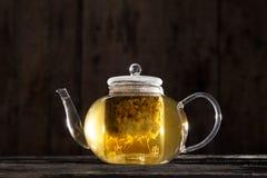 Kamillentee in einer klaren Teekanne Lizenzfreies Stockfoto