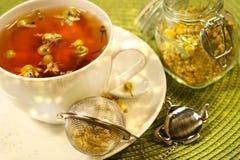 Kamillentee mit weißem Teecup Lizenzfreie Stockfotos