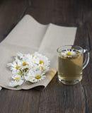 Kamillentee und Kamillenblumen Stockbilder