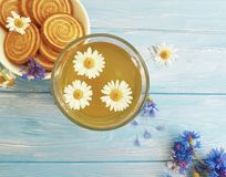 kamillethee, de verfrissing van het de zomerontbijt van het korenbloemkoekje op een houten achtergrond royalty-vrije stock foto's