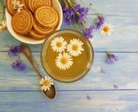 kamillethee, van de de lijstzomer van het korenbloemkoekje verfrissing van het de installatie de uitstekende ontbijt op een houte royalty-vrije stock foto's