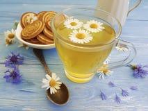 kamillethee, verfrissing van het de zomer de uitstekende ontbijt van het korenbloemkoekje op een houten achtergrond royalty-vrije stock foto's
