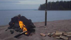 Kamin auf dem Strand in Karelien stock footage