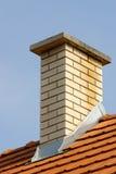 Kamin auf einer Dachspitze. Stockfotografie