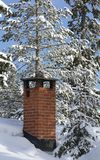 Kamin auf Snowy-Dach Stockfotografie