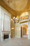 Kamin in einem Luxuxhaus lizenzfreies stockfoto