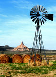 Kamin-Felsen, mit Windmühle Stockfoto