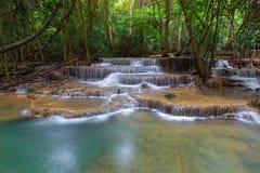 Kamin hermoso de los mae de Huay del nombre de la cascada en Karnjanaburi Tailandia imagenes de archivo