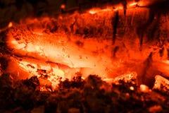 Kamin innerhalb des brennenden Hauptholzes Lizenzfreie Stockfotografie