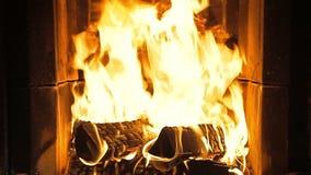 Kamin mit brennendem Feuer stock footage