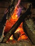Kamin mit brennendem Holz. Lizenzfreies Stockfoto