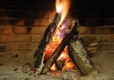 Kamin mit brennendem Holz. Stockfotos