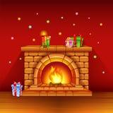 Kamin mit Kerzen und Geschenken auf rotem Hintergrund Lizenzfreies Stockfoto
