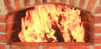 Kamin mit schönem orange Feuer und Nahaufnahme des hölzernen Feuers als häuslichem Komfort und Herd stockbild