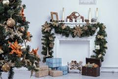 Kamin mit Weihnachtsdekorationen Stockfotos