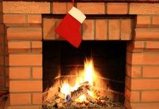 Kamin mit Weihnachtssocke stockfoto