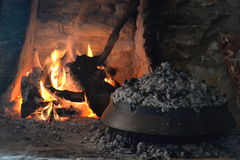 Kamin- und Lebensmittelzubereitung Stockfotografie