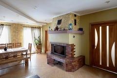 Kamin und Tabelle im Wohnzimmer Lizenzfreies Stockfoto