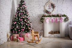 Kamin und verzierter Weihnachtsbaum mit Geschenk Lizenzfreie Stockfotos