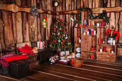 Kamin und verzierter Weihnachtsbaum mit Geschenk Stockfotografie