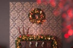 Kamin- und Weihnachtskranz Lizenzfreies Stockfoto