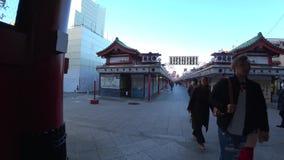 Kaminarimon à la rue de achat du temple de Sensoji, Tokyo banque de vidéos
