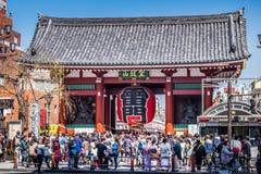 Kaminarimon port framme av den Sensoji templet arkivbild