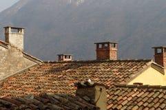 Kamine auf Dachspitzen in Gandria, die Schweiz Lizenzfreie Stockbilder