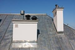 Kamine auf dem Dach lizenzfreies stockbild