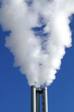 Kamine eines Wärmekraftwerkes stockfoto