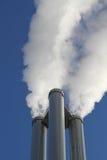 Kamine eines Wärmekraftwerkes lizenzfreie stockfotografie