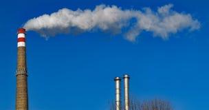 Kaminrauch Rohr strahlt lange Spur des Rauches aus Stockfoto