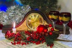 Kaminsims stoppt ohne die Hände ab, umgeben durch Weihnachtszubehör Stockbilder