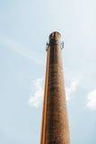 Kaminsteinschornstein mit Handyantenne auf die Oberseite Lizenzfreies Stockfoto