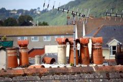 Kamintöpfe auf einem Hausdach Lizenzfreie Stockfotografie