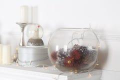 Kaminumhang verziert mit Kerzen und Girlanden für Weihnachten stockfotografie