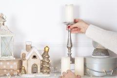 Kaminumhang wird für Weihnachten mit Girlande, Lichtern, einem Bogen und anderen Dekorationen verziert stockbild