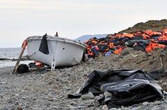 Kamizelki Ratunkowe i łodzie opuszczać na grku wyrzucać na brzeg uchodźcami Obrazy Royalty Free