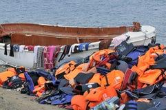 Kamizelki Ratunkowe i łodzie opuszczać na grku wyrzucać na brzeg uchodźcami Fotografia Royalty Free