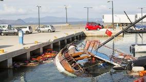 Kamizelki Ratunkowe odrzucać i zapadnięta Turecka łódź w porcie Kos wyspa lokalizuje właśnie 4 kilometru od turecczyzny wybrzeża Zdjęcia Royalty Free