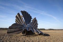 """""""Kamm-Muschel-"""" Skulptur auf Aldeburgh Strand, Suffolk, England Lizenzfreie Stockfotos"""