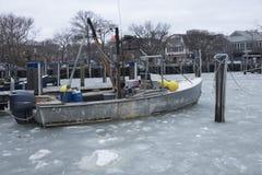 Kamm-Muschelboot in gefrorenem Meer lizenzfreies stockfoto